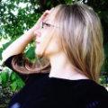Kobieta w okularach.